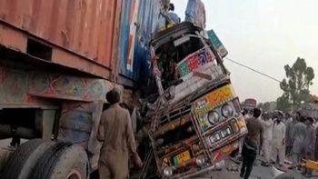 Pakistan'da otobüs treylerle çarpıştı onlarca ölü ve yaralı var