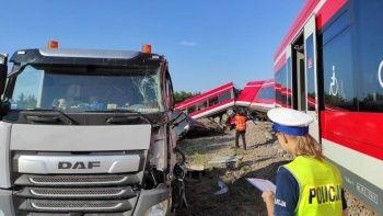 Polonya'da tren kamyona çarptı: 8 yaralı