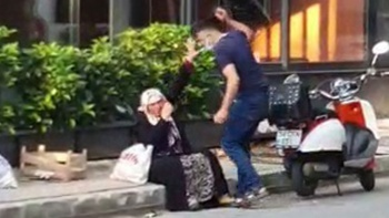 Silahlı saldırgan sokak ortasında annesini darp etti