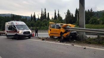 Taksi bariyerlere ok gibi saplandı: 2 ölü, 5 yaralı