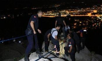 Uçurumun eşiğinde mahsur kaldı: Film sahnelerini aratmayan kurtarma operasyonu