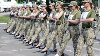 Ukrayna ordusunda kriz! Kadın askerler topuklu giydi