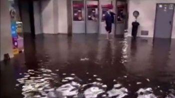 Ukrayna şiddetli yağışlara teslim oldu: Metro istasyonlarını su bastı