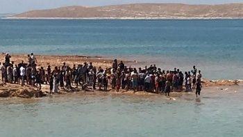 Vatandaşların insan zinciriyle sudan çıkardığı gençler kurtarılamadı