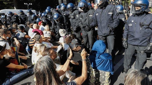 Almanya'da koronavirüs arbedesi! Polis ile protestocular birbirine girdi