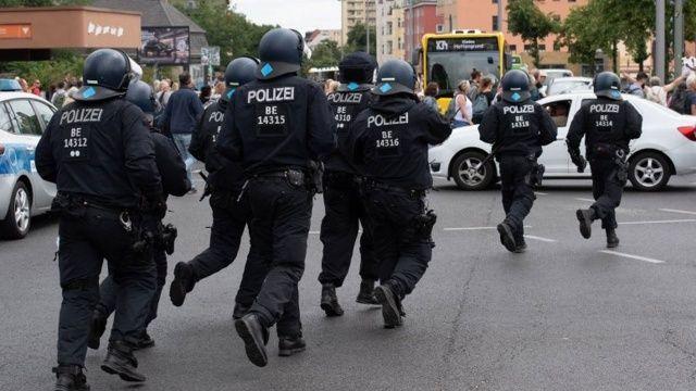 Berlin'de 2 bin 500 kişilik sokak partisinde 19 polis yaralandı