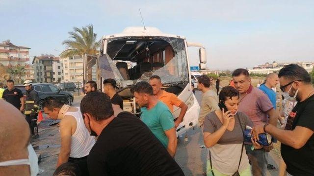 Manavgat'ta tur otobüsü devrildi: 3 ölü