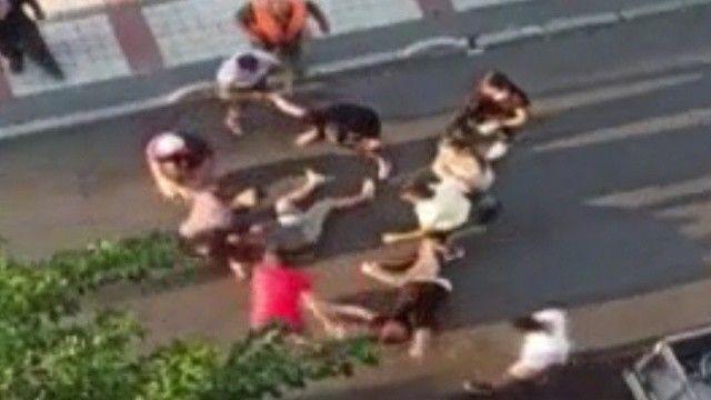 Ortalık savaş alanına döndü: Çocukların kavgasına büyükler karıştı