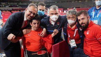 Abdullah Öztürk'ün gururlandıran sevinci: Bakan Kasapoğlu'na sarılarak kutladı
