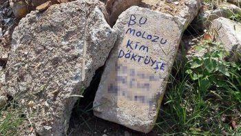Babasının mezarına moloz dökenlere bıraktığı notla tepki gösterdi