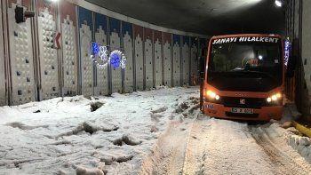 Erzurum dolu yağışıyla beyaza büründü, cadde ve sokaklarda taşkınlar yaşandı