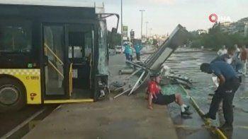 İETT otobüsü durağa daldı, bisikletlilere çarptı