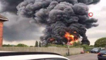 İngiltere'de korkutan yangın! Dumanlar gökyüzünü kapladı