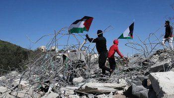 İsrail, Filistinli bir aileye 4 evini kendi elleriyle yıktırdı