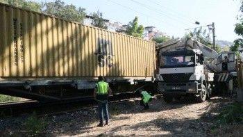İzmir'de yük treni raydan çıktı: İZBAN seferleri aksadı