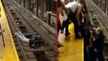 New York metrosunda korku dolu anlar! Raylara düştü son anda kurtarıldı