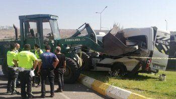 Şanlıurfa'da feci kaza: İş makinesi öğrenci servisini biçti