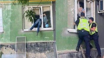 Şoke eden görüntü: Pencerede asılı kaldı