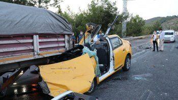 Taksi tıra ok gibi saplandı: 1 ölü 2 yaralı