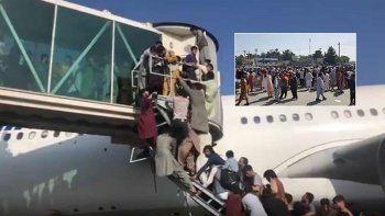 Taliban'dan kaçan yüzlerce Afgan havalimanına akın etti
