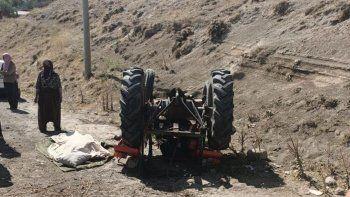 Traktör devrildi: Sürücü yaralandı, eşi öldü