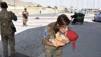 Türk askeri Kabil'de insanlık dersi veriyor: İşte dünyanın hayranlıkla izlediği görüntüler