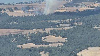 Yangın bölgesinden yayın yaparken helikopter üzerine su boşalttı