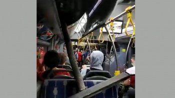 Yolcular ayakta, düşen parçalar koltukta: Reklam panosu üzerlerine düştü