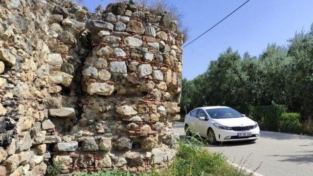 2500 yaşındaki tarihi surlar ortadan ayrıldı: Her an yıkılabilir!