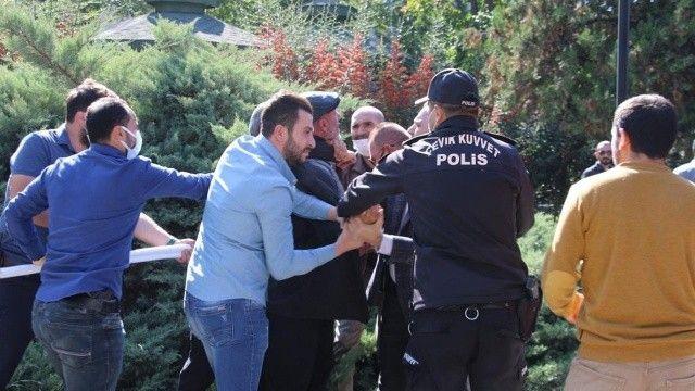 Ankara'da aşı karşıtlarının mitinginde polise yumruklu saldırı