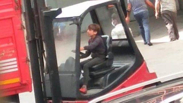 Forklift direksiyonundaki çocuk malları kamyona yükledi: Tehlikeli anlar kamerada