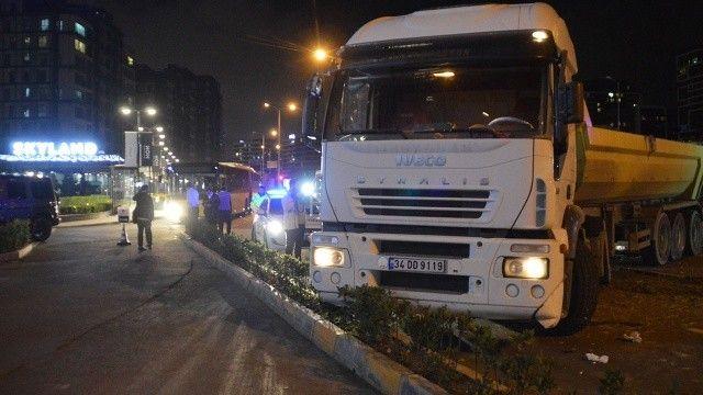 İETT otobüsü hafriyat kamyonuyla çarpıştı