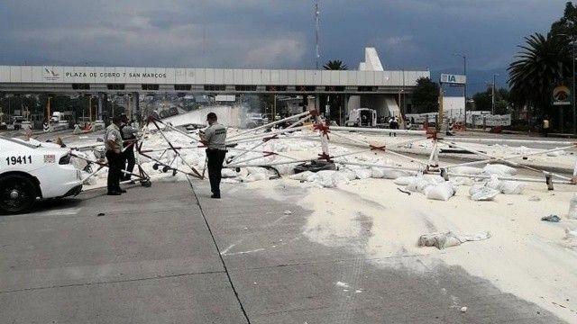 Meksika'da tır otoyol gişelerine çarptı: 3 ölü, 7 yaralı