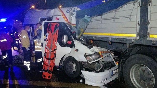 Mevsimlik işçileri taşıyan minibüs kaza yaptı! Çok sayıda yaralı var
