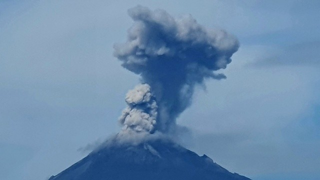 Popocatepetl Yanardağı'nın patlama anı kameralara yansıdı