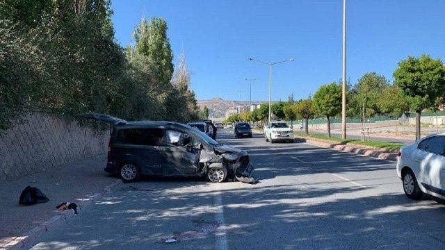 Yolun karşısına geçmeye çalışan aileye araç çarptı