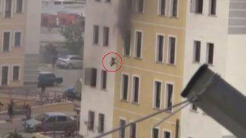 2 yaşındaki kızını 4. kattan böyle attı