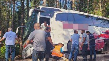35 yolculu otobüs 50 metrelik uçurumun kenarında asılı kaldı