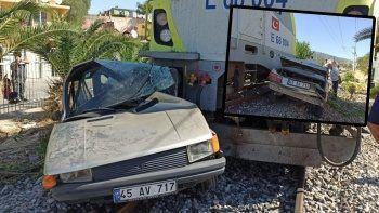 77 yaşındaki adam trenin biçtiği otomobilden sağ çıktı