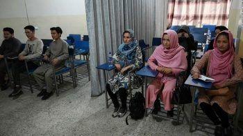Afganistan'da sınıflar perdeyle ikiye bölündü! İşte ilk eğitim günü