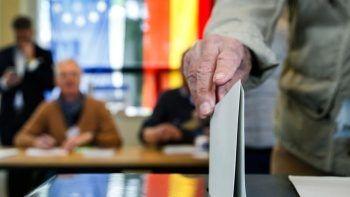 Almanya'da seçimlerde 'burka yasağı'nı başörtülü kadına uyguladılar