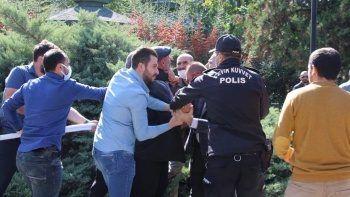 Aşı karşıtlarının mitinginde polise yumruklu saldırı