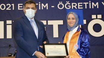 Azmin Zaferi: 52 yaşında üniversiteyi birincilikle bitirdi