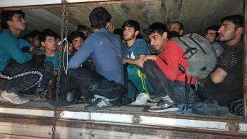 Çimento yüklü kamyonete saklanmış göçmenler yakalandı