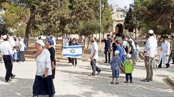Fanatik Yahudiler Mescid-i Aksa'yı basıp İsrail bayrağı açtı