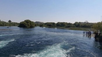 Fırat Nehrine giren 5 gençten biri boğuldu