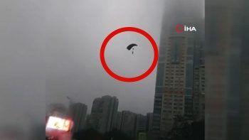 Fırtınaya yakalanan paraşütçüler caddenin ortasına indi