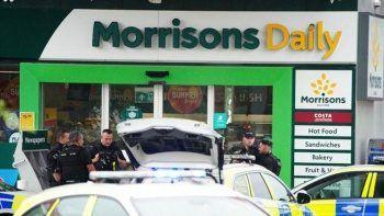İngiltere'de bıçaklı saldırgan benzinlik çalışanlarını rehin aldı