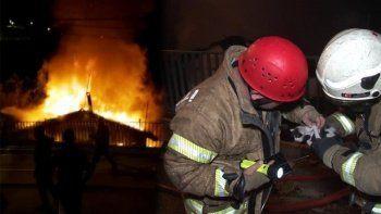 İtfaiye ekipleri yavru kediyi yangının içinden çekip kurtardı