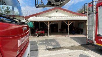 Kahvehane alev aldı, müşteriler umursamadı: Yanan çatının altında okeye döndüler